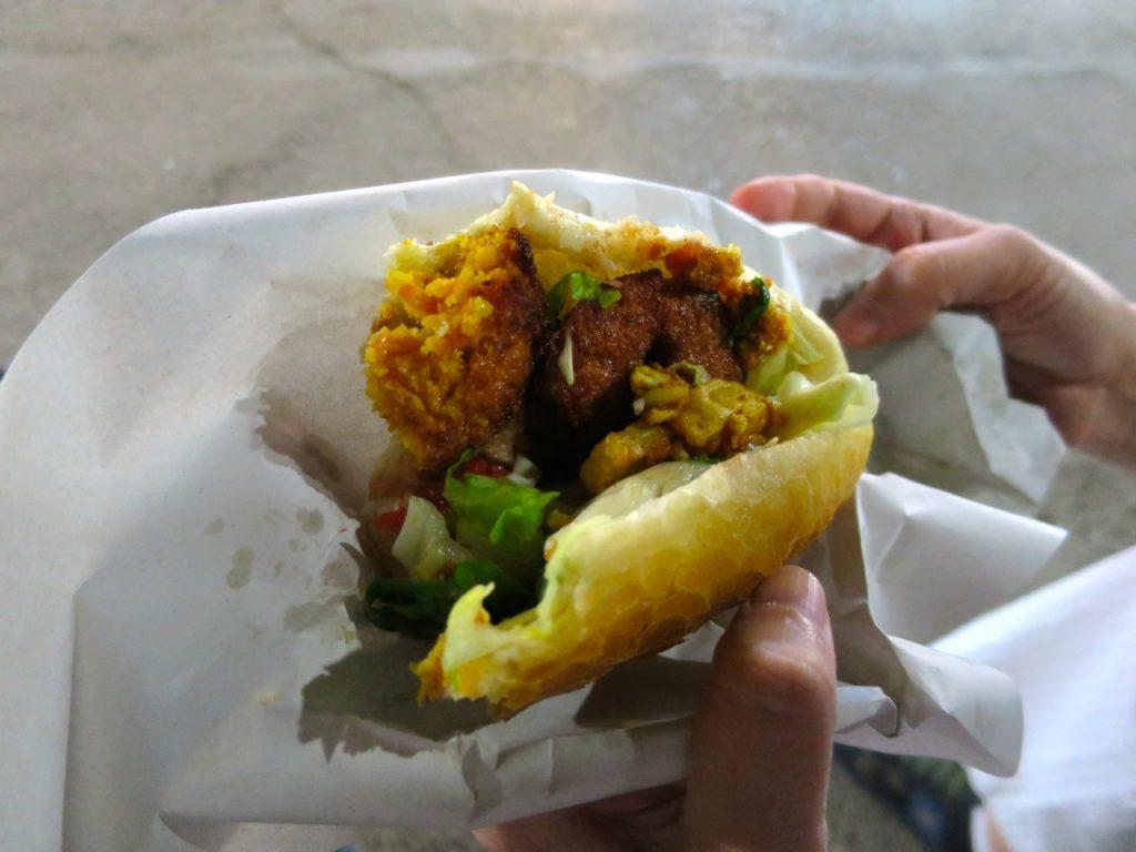 Comendo 1-07b falafel