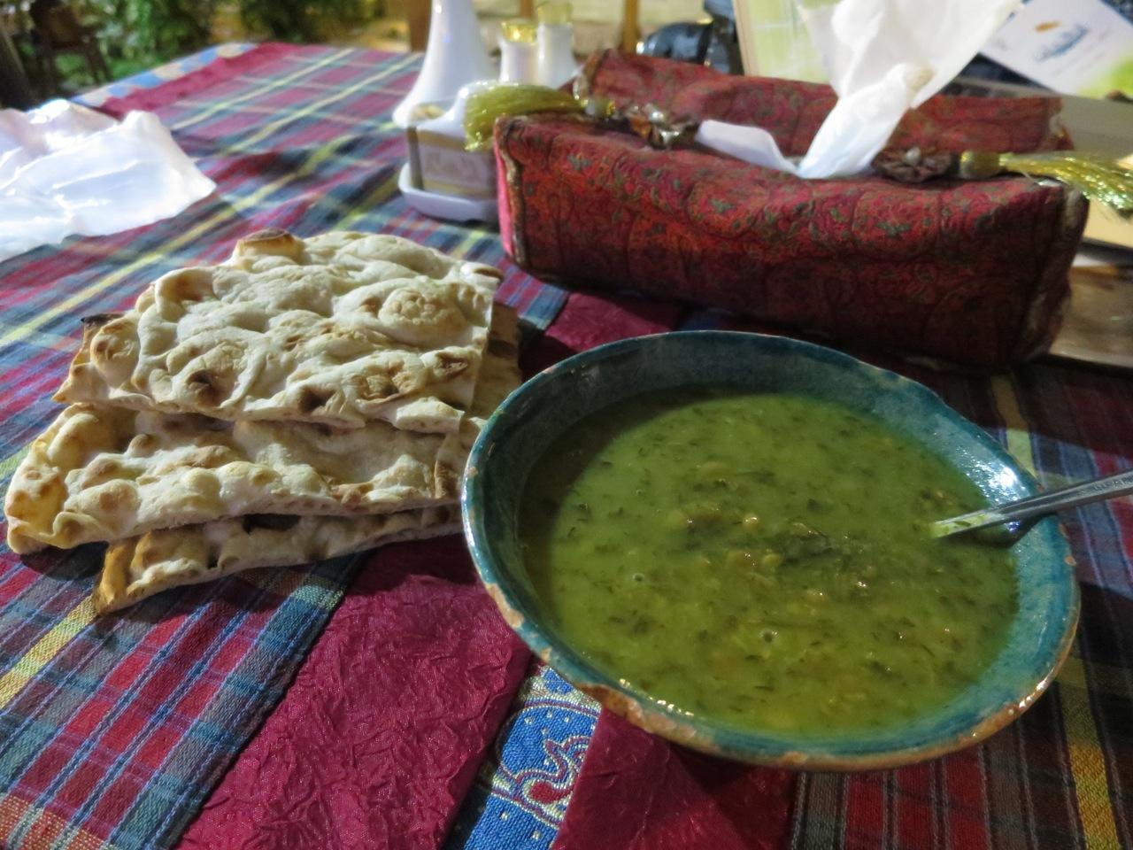 Comendo 1-12 sopa e pao no iran