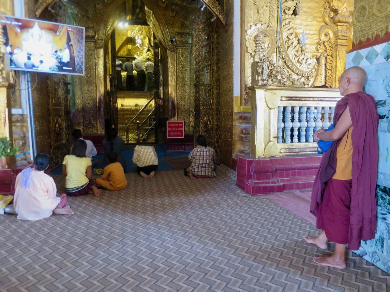 Monge e fiéis em Mandalay