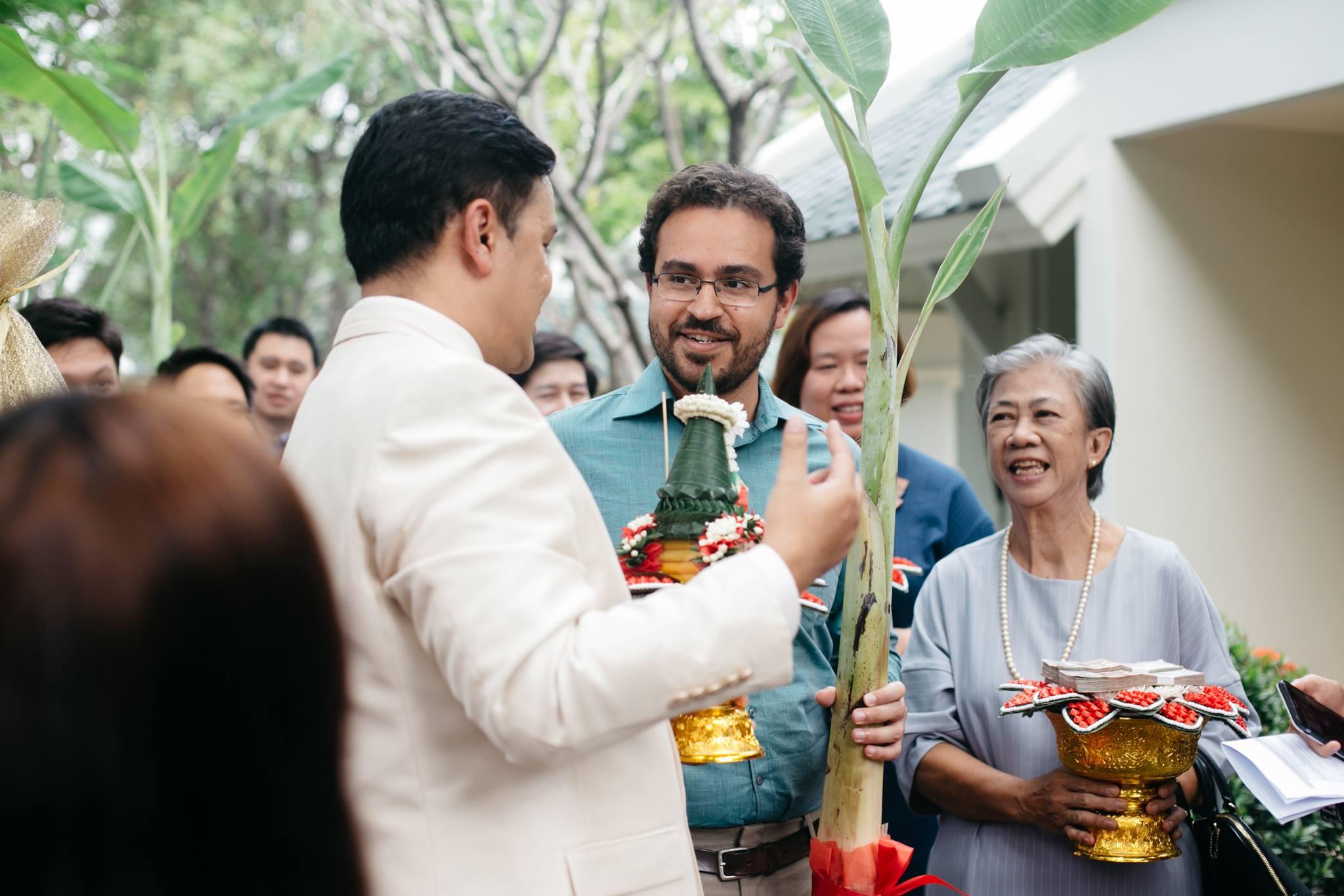 No casamento tailandês com uma bananeira na mão