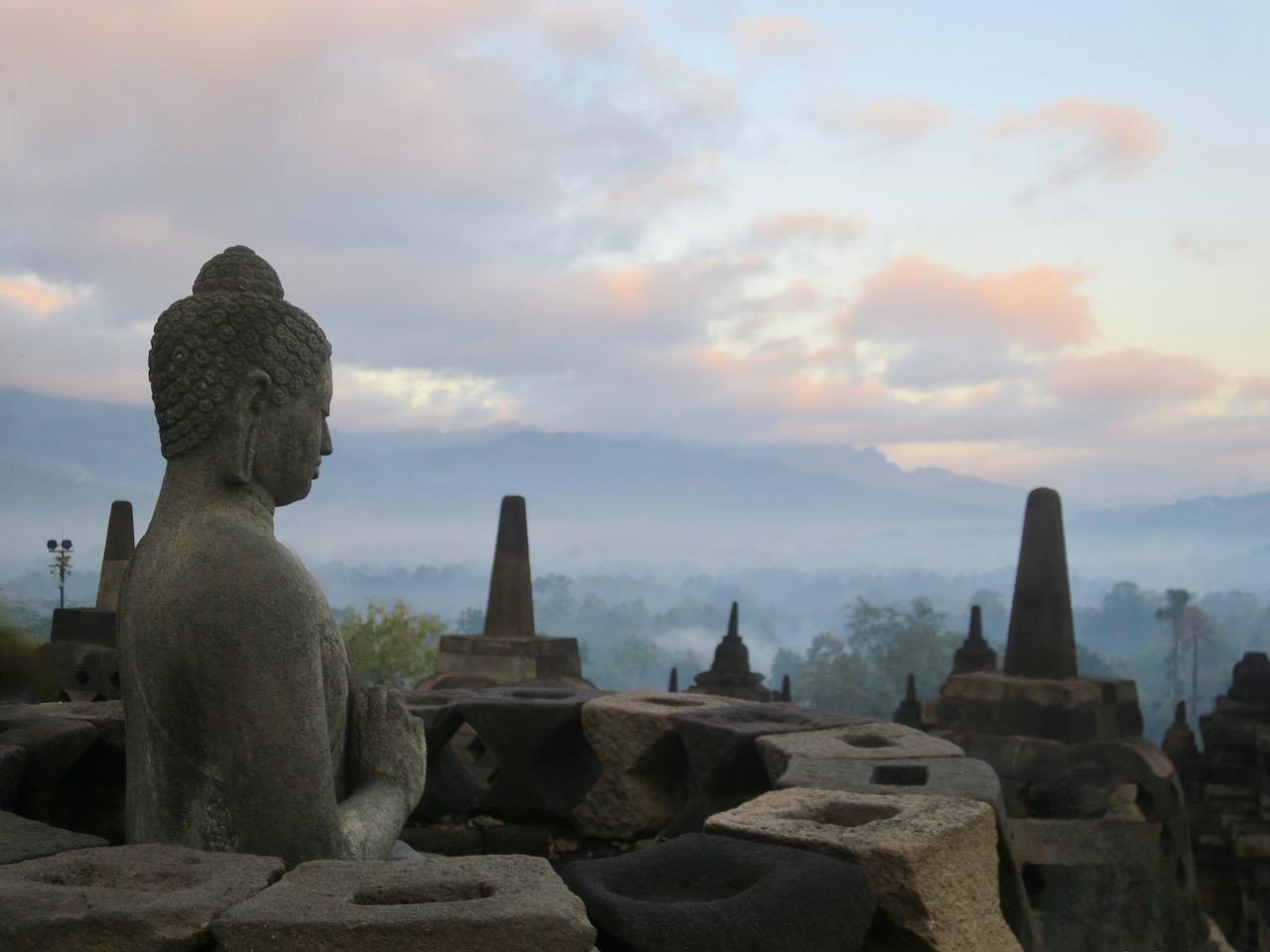 Imagem de Buda no alto de Borobudur