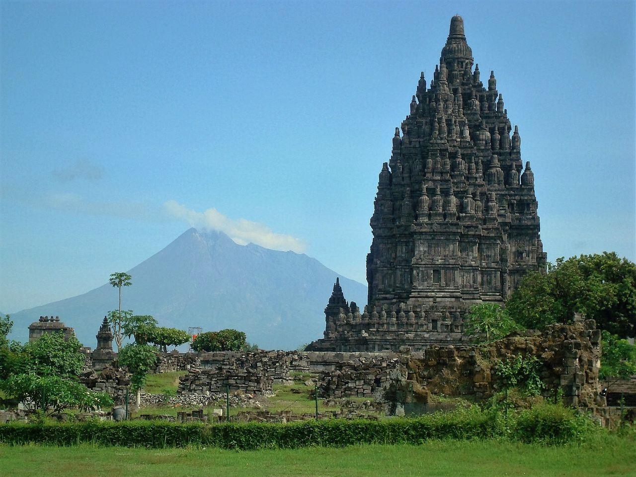 Prambanan e o vulcão Merapi ao fundo