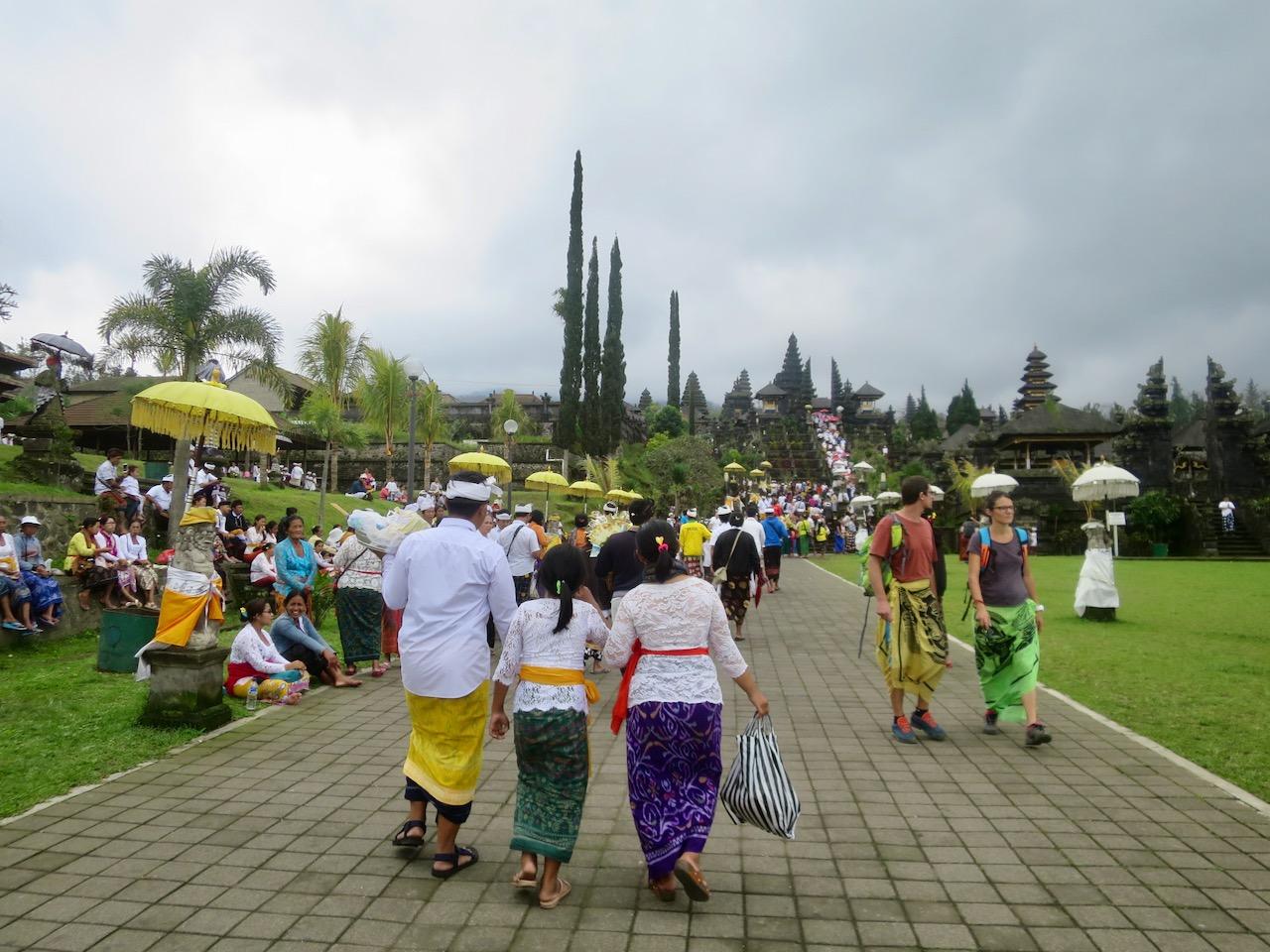 Pessoas no templo Besakih, o maior de Bali