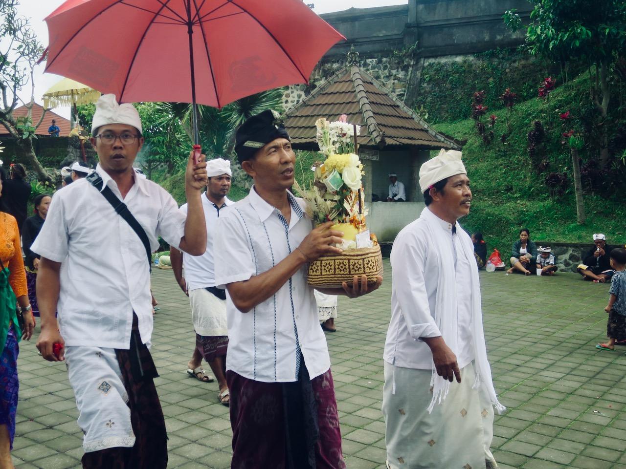 Homens balineses e oferenda a Saraswati em Bali