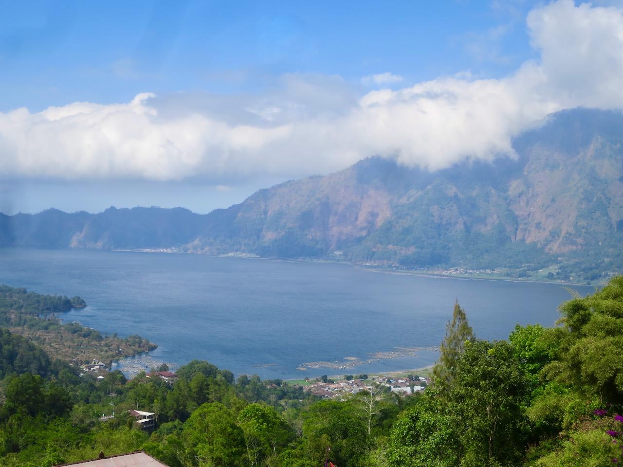 Paisagem de lago e montanha em Bali