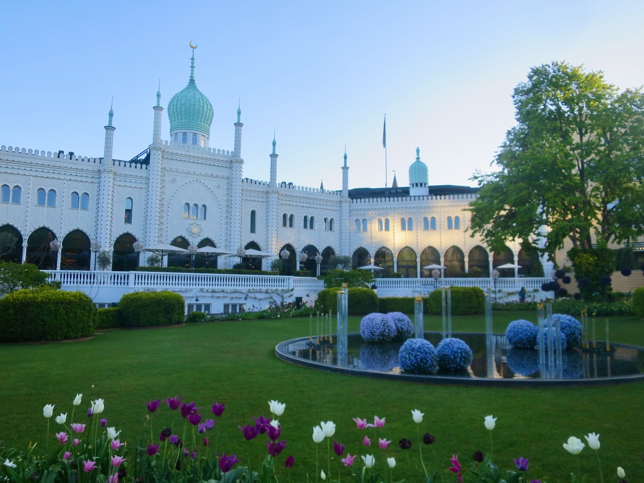 Prédio de arquitetura islâmica no interior dos Jardins de Tivoli em Copenhague