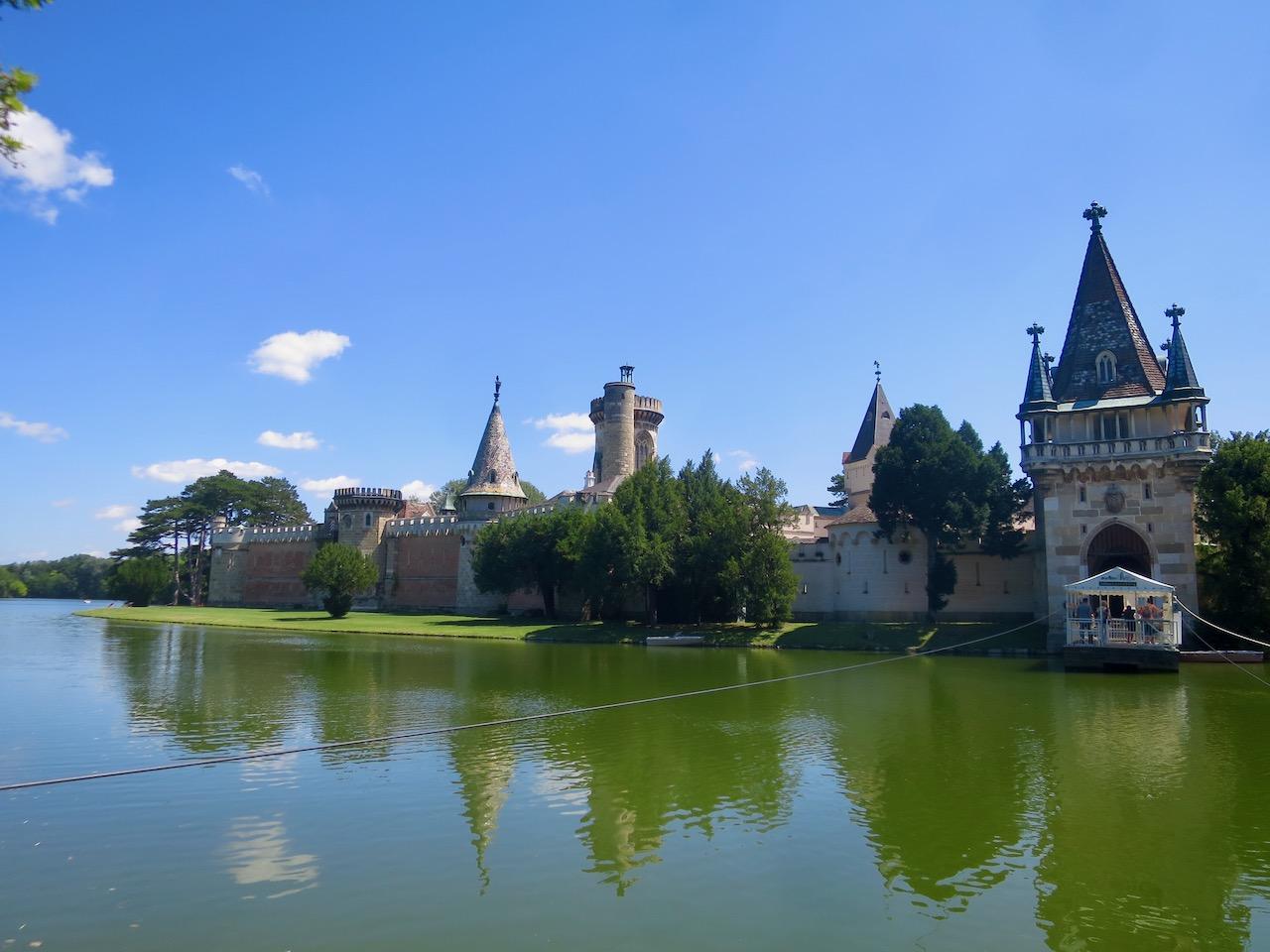 Foto do Palácio Franzenburg circundado por água