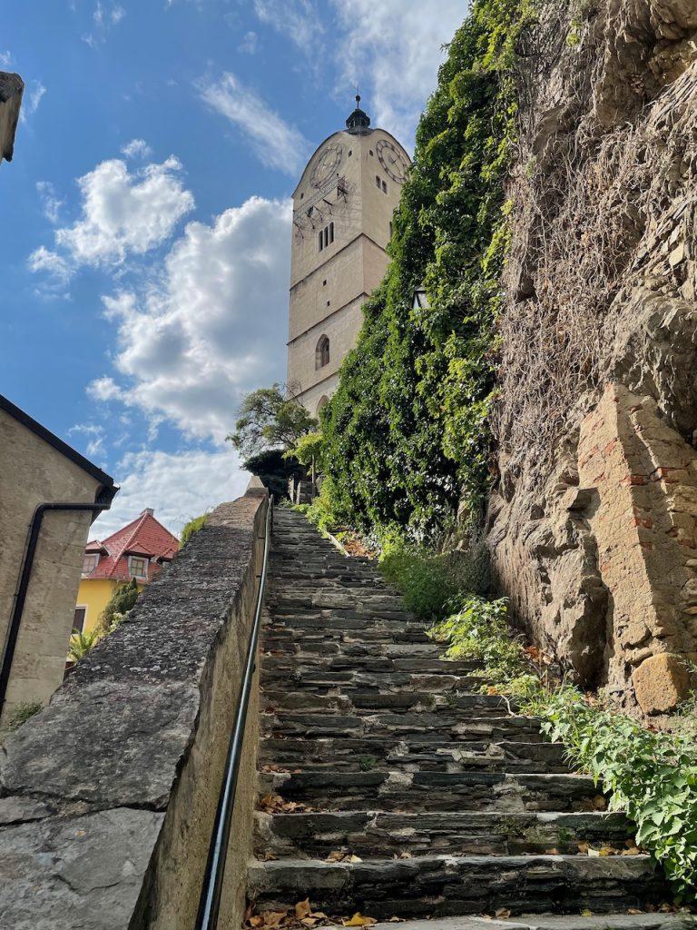 Escadaria e torre de igreja em Krems an der Donau